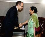 New York: UNGA - Sushma Swaraj meets Nicola Renzi