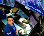 US stocks resume sell-off on weaker data, dim outlook