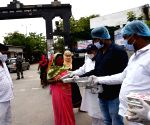 jap youth president Raju Danvir Singh distribute food for covid affected parents near NMCH in Patna.