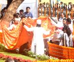 Muslim Community offer 'chadar' to Bal Thackeray