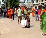 Ramakrishna Mission distributes food among people amid lockdown