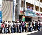 Datagiri - People queue-up to buy Reliance Jio SIM