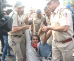 Police thwarts the demonstration by family members of a class 9 girl who committed suicide