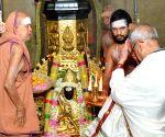 President Mukherjee visits Sri Kamakshi Amman Temple