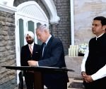Netanyahu visits memorial at The Taj Mahal Palace