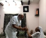 PM Modi meets mother, seeks blessings