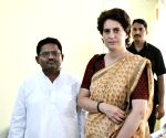 Priyanka asks partymen to focus on real issues