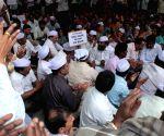 Pro and Anti-Telangana supporters of AP secretariate protesting