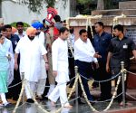 Vice President pays homage at Jallianwala Bagh