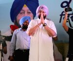 Amarinder Singh interacts with labours