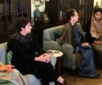 Sonia, Priyanka visit party leader's house