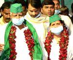 : Patna:Rashtriya Janata Dal (RJD) supremo Lalu Prasad Yadav with his wife Rabri Devi after arrive at Jai Prakash Narayan Airport,