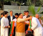 22 rebel Cong MLAs meet BJP President in Scindia's presence