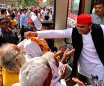 Kannauj (UP): 2019 Lok Sabha elections - Akhilesh Yadav, Dimple Yadav during a roadshow