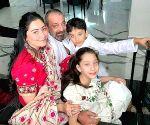 अपने परिवार संग समय बिताते दिखे संजय दत्त!