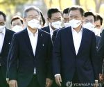 Moon meets ruling party's presidential nominee