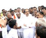 Uddhav Thackeray meets farmers