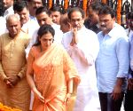 Uddhav Thackeray pays tribute to Bal Thackeray