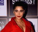 Shruti Haasan heads to UK