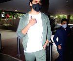 : Mumbai: Sidharth Malhotra Spotted at Airport Arrival