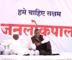 Ralegaon Siddhi: Gopal Rai interrupts General V K Singh's speech on fourth day of Anna's hunger strike