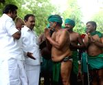 TN CM meets the protesting farmers at Jantar Mantar