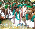 Protesting Tamil Nadu farmers drink urine