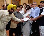 Mamata Banerjee, Omar Abdullah, Bhagwant Mann present a memorandum to President Mukherjee