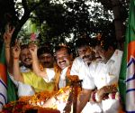 BJP workers welcome DV Sadananda Gowda