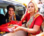 Free Photo:  Uttar Pradesh : priyanka gandhi vadra  welcomed by congress workers on the way to Meerut