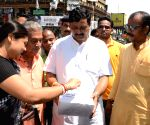 Rahul Sinha collect funds for flood relief