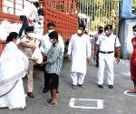 Kolkata: WB Chief Minister Mamata Banerjee distributes food