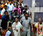 Mamata Banerjee visits Tarakeshwar Temple