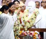 Mamata unveils Vidyasagar bust in Kolkata college