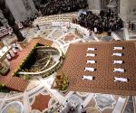 Worshippers return to Vatican for papal prayers
