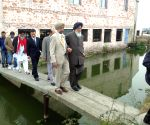 Wuxi (China): Punjab delegation led by Parkash Singh Badal visits an experimental pond