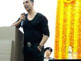 Akshay Kumar 'lifts' spirit of CISF personnel at Mumbai airport