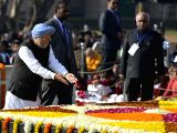 Former Prime Minister Manmohan Singh paying tributes at the samadhi of Mahatma Gandhi on his death anniversary in New Delhi on Jan. 30, 2018.