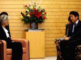 La ministre sud-coréenne des Affaires étrangères Kang Kyung-wha s'entretient avec le Premier ministre japonais Shinzo Abe le mardi 19 décembre 2017 à Tokyo.