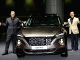 Lee Kwang-guk (R), vice president of Hyundai Motor, poses with the automaker's all-new Santa Fe sport utility vehicle, which was officially launched Feb. 21, 2018, at KINTEX exhibition center ...
