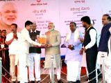 Prime Minister Narendra Modi with Karnataka Governor Vajubhai Vala, Chief Minister Siddaramiah, Union Minister Ananth Kumar and Piyush Goel during a programme organised to dedicate ...