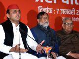 Samajwadi Party President Akhilesh Yadav addresses a press conference in Lucknow on Jan 7, 2017.