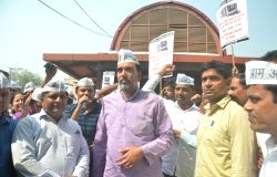 AAP leader Gopal Rai leads a demonstration against hike in metro fare in New Delhi, on Oct 13, 2017.