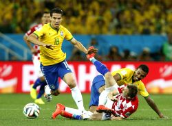 : Brazil's Hernanes (L) competes for the ball during the opening match of 2014 FIFA World Cup in the Arena de Sao Paulo Stadium in Sao Paulo, Brazil, June ...