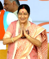 Caption :Panchkula: External Affairs Minister Sushma Swaraj during the swearing in ceremony of 10th chief minister of Haryana Manohar Lal Khattar in Panchkula, Haryana on Oct.26, 2014.