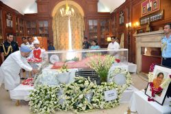 Congress leader and former prime minister Manmohan Singh pays tribute to the mortal remains of President Pranab Mukherjee's wife Suvra at Rashtrapati Bhawan on Aug 18, 2015.