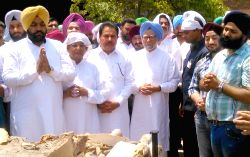 Congress leader and former prime minister of India Manmohan Singh attends the cremation ceremony of his nephew Mandeep Singh Kohli in Amritsar, on May 19, 2016.