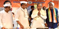 Congress leader Mallikarjuna Kharge and Digvijay Singh with Karnataka Chief Minister Siddaramaiah during a party programme in Bengaluru, on Feb 26, 2017.