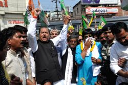 Congress leader Subodh Kant Sahay and JVM-P chief Babulal Marandi shout slogans to protest against Barkagoan Police firing during day-long Jharkhand bandh called by opposition parties in ...