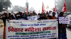 CPI workers staged a demonstration against atrocity on Dalits in Patna on Dec 6, 2016.